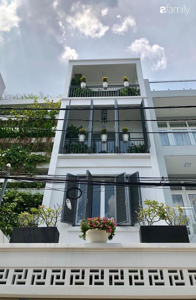 Giữa Sài Gòn náo nhiệt, vẫn có căn nhà ống 20m2 với 4 tầng lầu cực chill và không gian xanh mát chỉ với 20 triệu mua cây xanh - Ảnh 1.