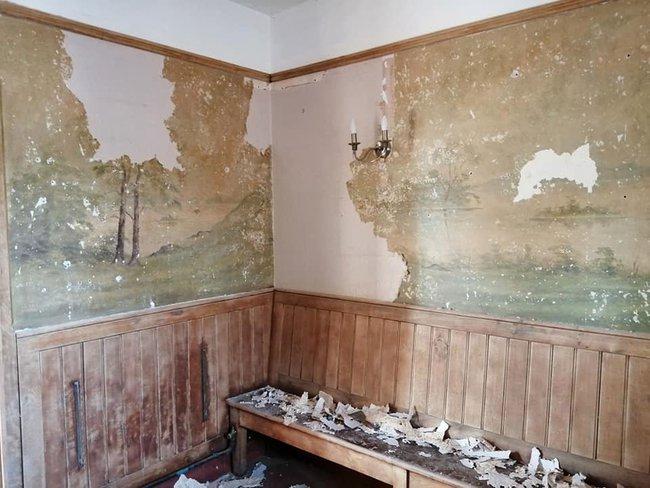 Định sửa lại nhà cho mới, cặp vợ chồng phát hiện bí mật bất ngờ ẩn giấu suốt 70 năm dưới lớp giấy dán tường - Ảnh 1.