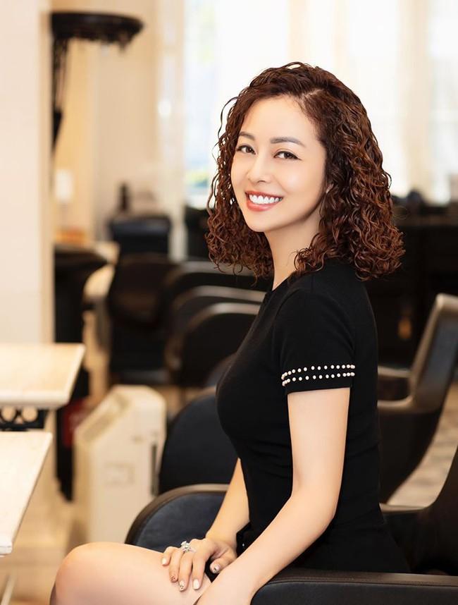 Jennifer Phạm khác lạ với kiểu tóc mì tôm.