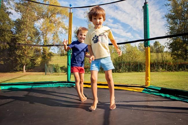 Bé trai 3 tuổi bị gãy xương đùi sau khi nhảy trên bạt nhún lò xo trong khu vui chơi giải trí - Ảnh 3.