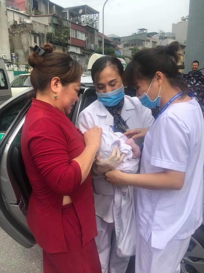 Hà Nội: Lái xe taxi nhanh trí khi sản phụ vỡ ối đúng lúc đường tắc - Ảnh 1.