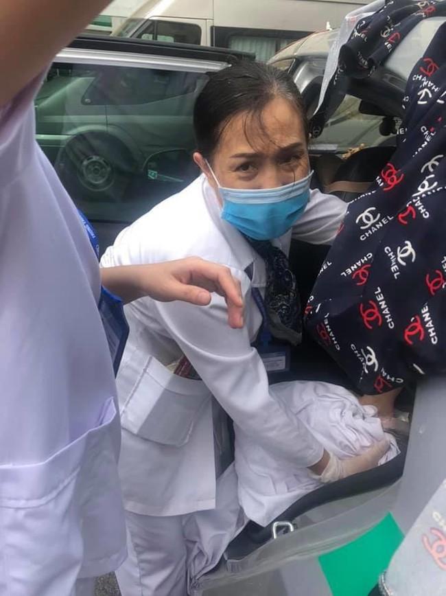 Hà Nội: Lái xe taxi nhanh trí khi sản phụ vỡ ối đúng lúc đường tắc - Ảnh 3.
