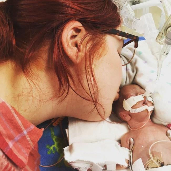 """Sinh non ở tuần 23 và chỉ nặng 490gram, bà mẹ đau khổ nghe tiên lượng xấu từ bác sĩ, nhưng hành trình """"lội ngược dòng"""" của bé trai đã khiến nhiều người phải kinh ngạc - Ảnh 2."""