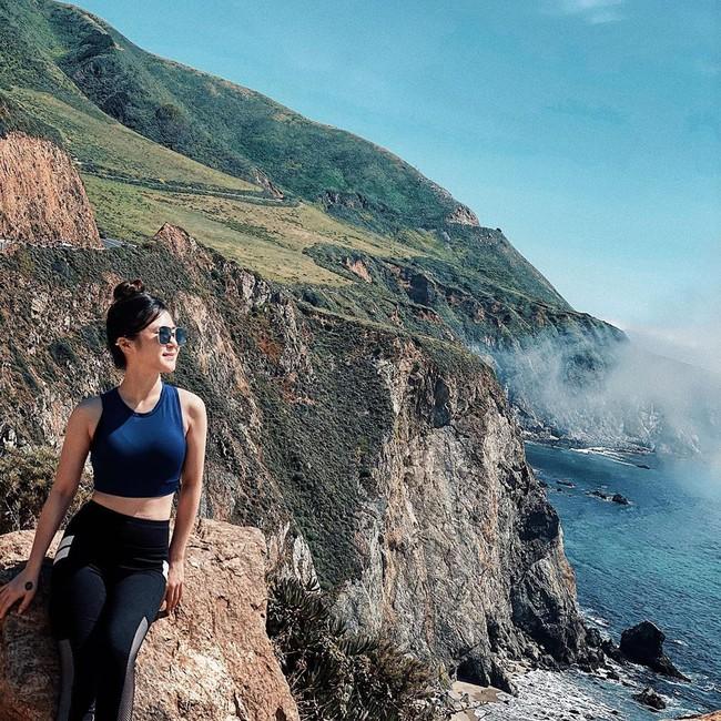 Hương Tràm chụp hình giữa khung cảnh thiên nhiên hùng vĩ. Cô nói: Phóng tầm mắt, mở cửa trái tim.