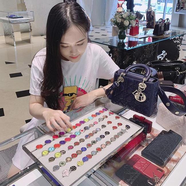 Vừa tiết lộ doanh thu 1 tháng gần 2 tỷ, bà bầu 9X Quỳnh Anh đã mạnh tay sắm cả núi đồ hiệu chật hết một góc nhà - Ảnh 4.