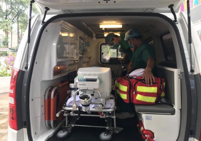Bác sĩ mặc đồ bảo hộ, khẩn trương chuyển phi công Anh nhiễm Covid-19 số 91 về Bệnh viện Chợ Rẫy giữa trời mưa - Ảnh 1.