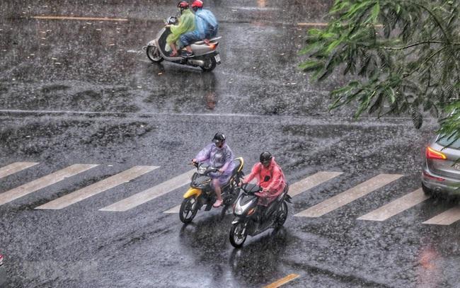 Chiều tối nay toàn Hà Nội và các tỉnh miền Bắc và đón mưa giông mạnh, chấm dứt chuỗi ngày nắng đổ lửa - Ảnh 1.