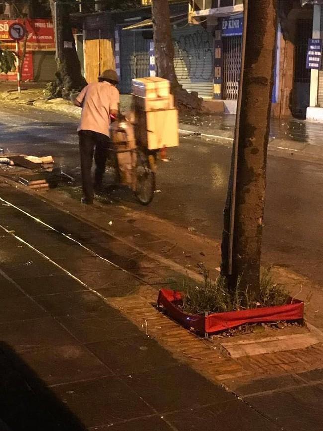 Chiếc bánh bao nóng hổi của người bán hàng rong trong đêm mưa gió ở Hà Nội và câu chuyện phía sau khiến nhiều người xúc động mạnh - Ảnh 2.