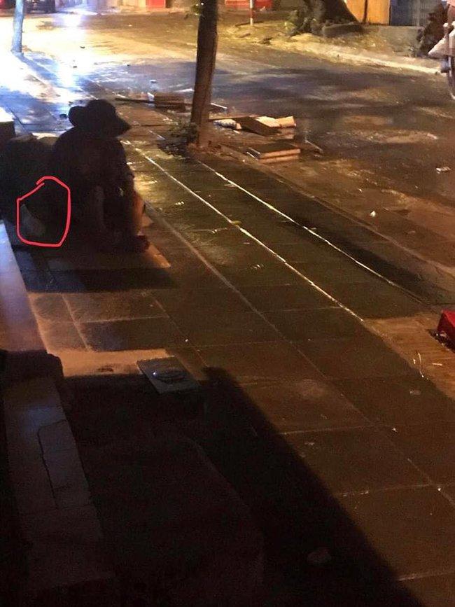Chiếc bánh bao nóng hổi của người bán hàng rong trong đêm mưa gió ở Hà Nội và câu chuyện phía sau khiến nhiều người xúc động mạnh - Ảnh 3.