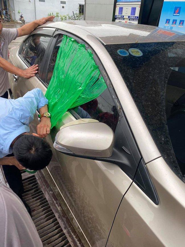 Để con nhỏ ngồi trên ô tô khi dừng đổ xăng, người đàn ông được phen hú vía khi quên rút chìa khóa xe - Ảnh 2.
