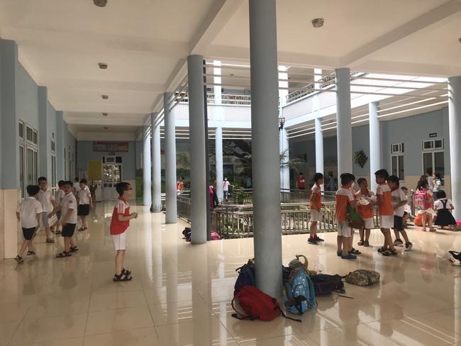 Tận dụng tán cây, ghế đá và sân khấu trường học để làm nơi tránh nắng cho học sinh trong lúc chờ đợi phụ huynh đến đón - Ảnh 7.