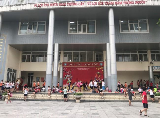 Tận dụng tán cây, ghế đá và sân khấu trường học để làm nơi tránh nắng cho học sinh trong lúc chờ đợi phụ huynh đến đón - Ảnh 8.