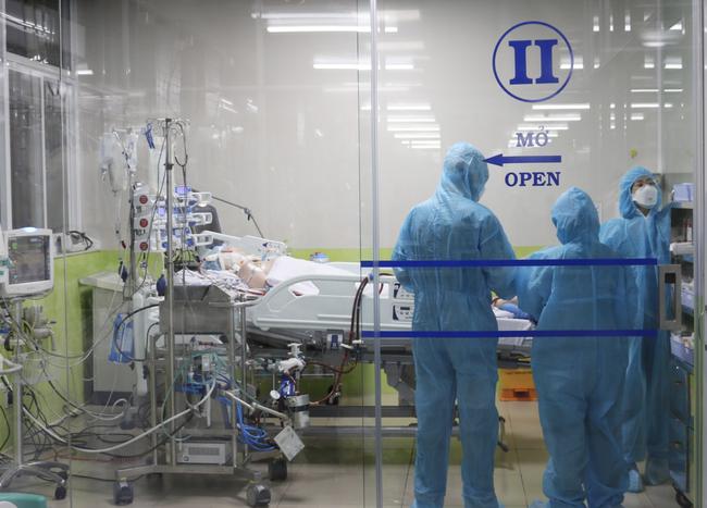 Bệnh nhân số 91 tạm ngưng lọc máu liên tục vì lượng nước tiểu đã khá hơn - Ảnh 2.