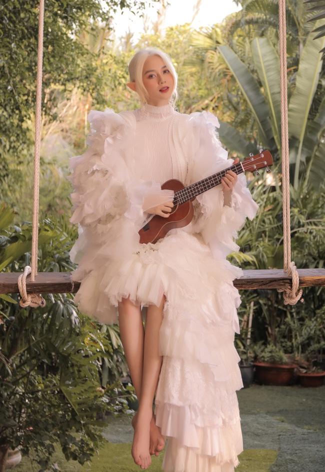 Bất ngờ với hình ảnh tóc trắng, tai dài đầy ma mị của Thiều Bảo Trang - Ảnh 7.