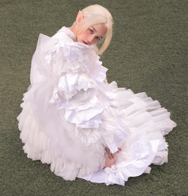 Bất ngờ với hình ảnh tóc trắng, tai dài đầy ma mị của Thiều Bảo Trang - Ảnh 4.