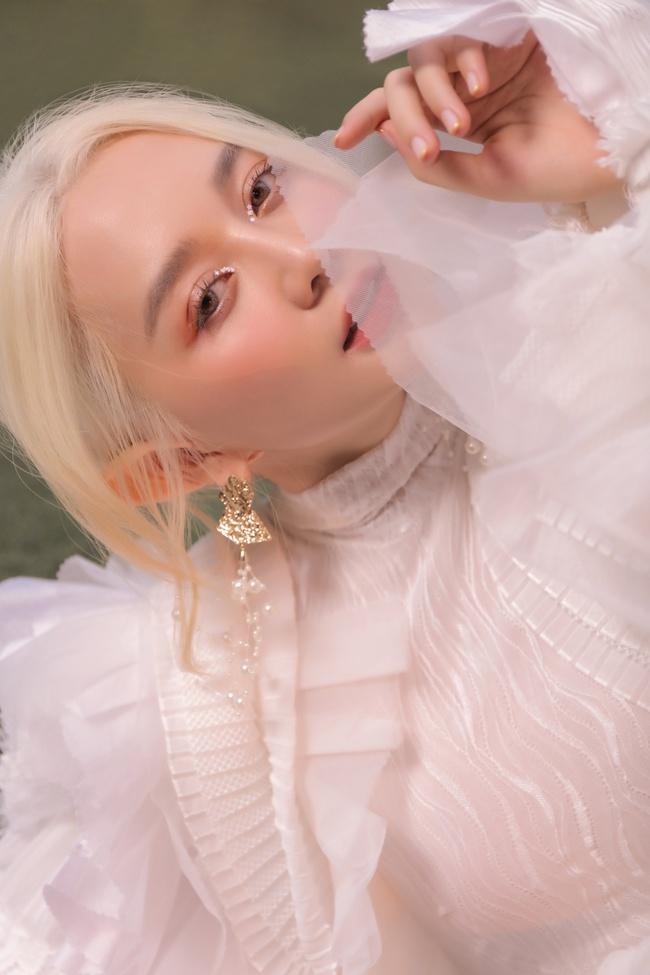 Bất ngờ với hình ảnh tóc trắng, tai dài đầy ma mị của Thiều Bảo Trang - Ảnh 3.