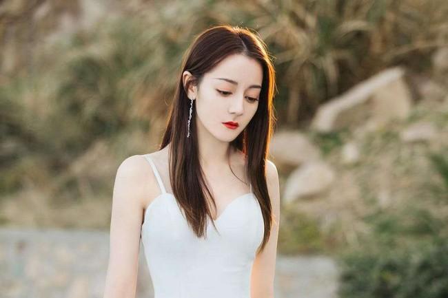 Địch Lệ Nhiệt Ba đẹp mê mẩn, xuất hiện thời trang ở mọi khung hình nhưng vẫn bị đàn em kém tiếng