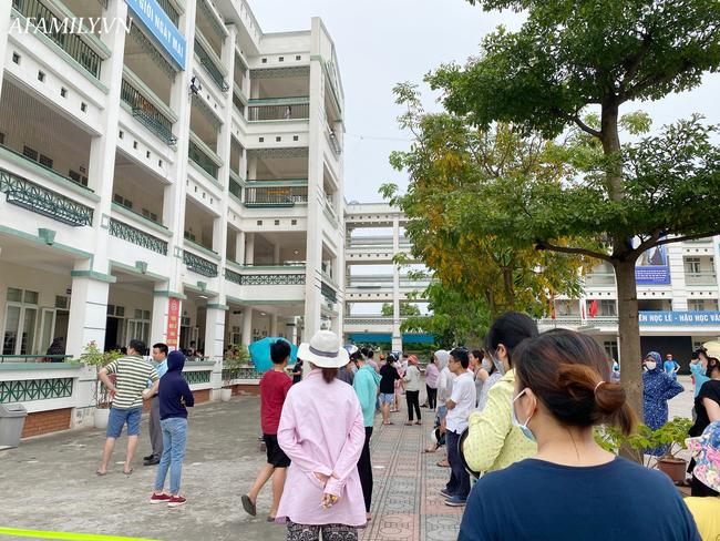 Học sinh đi học trong thời kỳ nắng nóng đỉnh điểm, nhiều trường điều chỉnh lịch học  - Ảnh 1.
