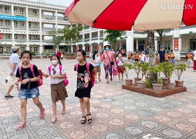 Học sinh đi học trong giai đoạn nắng nóng đỉnh điểm nhất năm, nhiều trường điều chỉnh quy định và thời gian học - Ảnh 4.