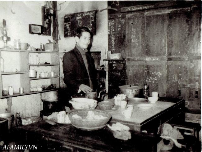 Quán cà phê vỉa hè vừa bé vừa cũ kỹ nhất Hà Nội, tồn tại gần thế kỷ qua 4 thế hệ vẫn đông khách vô cùng, 1 ngày bán cả nghìn cốc - Ảnh 9.