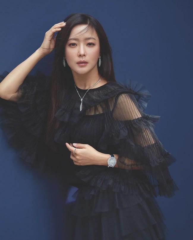 """Kim Hee Sun - Người phụ nữ duy nhất tự tin khẳng định đẹp hơn Kim Tae Hee: Từng đau đớn tới mức muốn bỏ showbiz, bỏ xứ mà đi vì con gái bị chê """"mẹ công đẻ con cú"""" - Ảnh 3."""