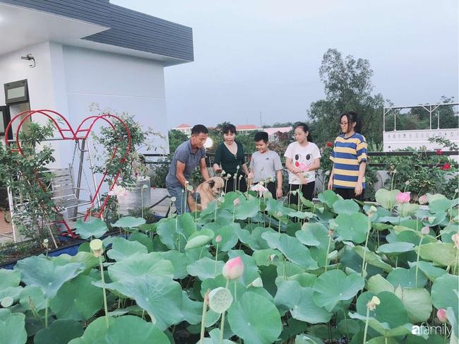 Doanh nhân Sài Gòn trồng cả vườn rau và hoa như trang trại rộng 300m² trên sân thượng cho vợ cùng 4 con được sống gần gũi với thiên nhiên - Ảnh 12.