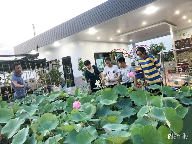 Doanh nhân Sài Gòn trồng cả vườn rau và hoa như trang trại rộng 300m² trên sân thượng cho vợ cùng 4 con được sống gần gũi với thiên nhiên - Ảnh 2.