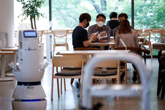 Mục sở thị dàn robot hiện đại thay thế con người làm việc tại các quán xá ở Hàn Quốc, liệu chúng ta trong tương lai sẽ thất nghiệp? - Ảnh 1.