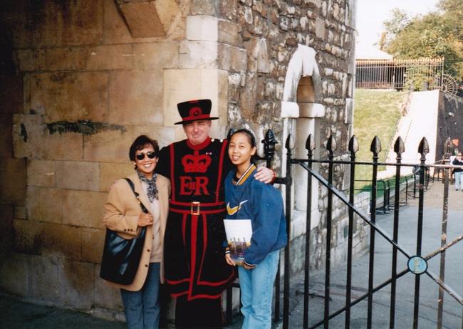 Tuổi thơ túng thiếu bên người mẹ đơn thân, đến năm 14 tuổi cô gái bỗng nhiên biết mình là Công chúa, có cha là một vị vua - Ảnh 3.