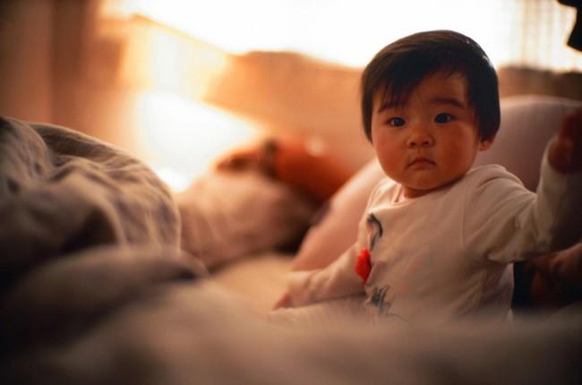 Nửa đêm con gái bỗng biến mất, bà mẹ đi tìm thì thấy con đang ngủ trên sofa, sáng hôm sau cô xem lại camera mà sợ hãi - Ảnh 4.