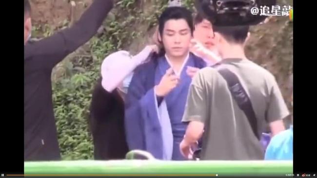 """Lý Dịch Phong tái xuất, lộ hậu trường đóng phim cổ trang với mỹ nữ """"Hương mật tựa khói sương""""  - Ảnh 2."""