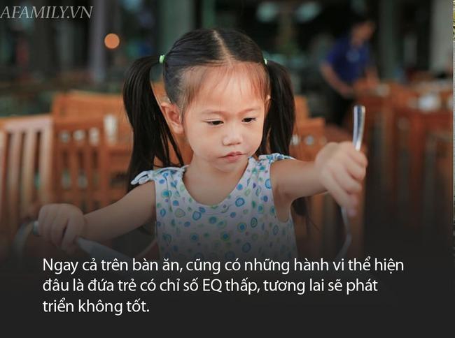 Có 3 thói quen này trên bàn ăn chứng tỏ trẻ có chỉ số EQ thấp - Ảnh 2.