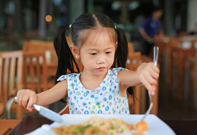Có 3 thói quen này trên bàn ăn chứng tỏ trẻ có chỉ số EQ thấp - Ảnh 4.