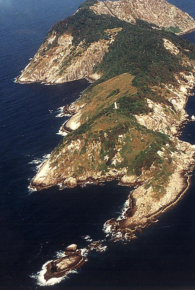 Hòn đảo cấm con người đặt chân đến bởi có hàng nghìn con rắn cực độc cùng những cái chết bí ẩn không lời giải đáp - Ảnh 1.