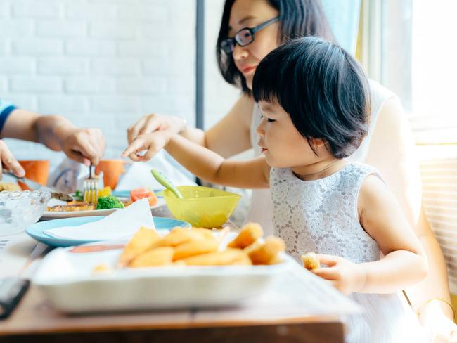 Có 3 thói quen này trên bàn ăn chứng tỏ trẻ có chỉ số EQ thấp - Ảnh 1.