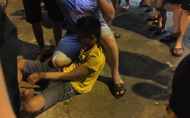 Quay lén người phụ nữ trong nhà vệ sinh, nam thanh niên bị đánh hội đồng - Ảnh 1.