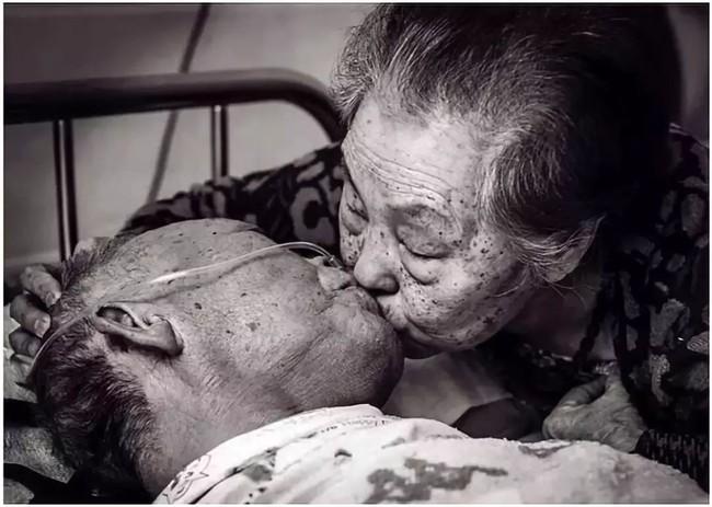 Bức ảnh khiến hàng tỷ người rơi lệ: Từ anh em trở thành vợ chồng, nụ hôn của mẹ già và sự hồi phục kỳ diệu của người cha đang nguy kịch - Ảnh 6.