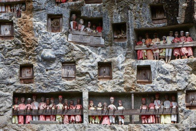 Sống chung, vệ sinh thi thể người chết nghe rùng rợn nhưng là một phần của văn hóa người Toraja và những lễ tang đắt đỏ thể hiện sự giàu sang - Ảnh 4.