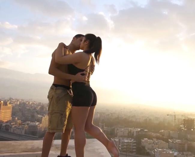 Đăng bức ảnh cảnh hôn lãng mạn trước hoàng hôn rực rỡ, đôi trẻ tưởng được khen nào ngờ bị cảnh sát bắt giữ vì một chi tiết không ngờ - Ảnh 2.