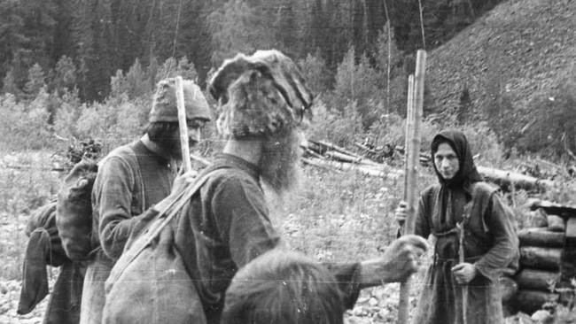 Suốt 40 năm, một gia đình người Nga sống cô lập trong vùng núi hoang dã tận cùng của Trái đất và cắt đứt mọi liên hệ với nền văn minh nhân loại - Ảnh 2.