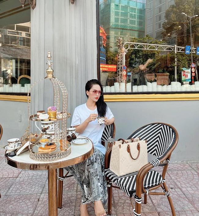 """Cuối tuần của các hot mom: Hằng Túi lại tậu biệt thự chục tỷ ở ngoại ô Hà Nội, chị dâu Bảo Thy diện """"sương sương"""" cả cây đồ hiệu đi uống trà - Ảnh 5."""