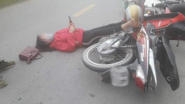 Sau va chạm giao thông, đôi nam nữ nằm sõng soài ra đường nhưng hành động của họ sau đó khiến dân mạng tranh cãi kịch liệt - Ảnh 1.