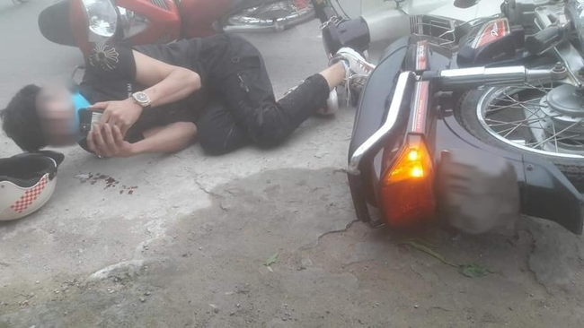 Sau va chạm giao thông, đôi nam nữ nằm sõng soài ra đường nhưng hành động của họ sau đó khiến dân mạng tranh cãi kịch liệt - Ảnh 2.