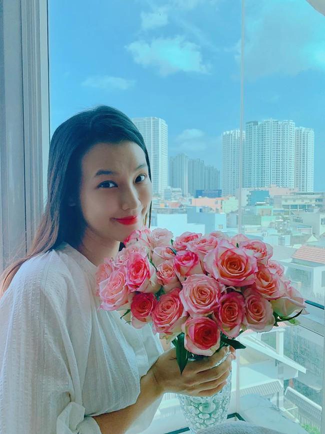 Niềm vui của cô gái không thích hoa là được bạn thăn tặng hoa những ngày ở nhà, Hoàng Oanh bày tỏ.