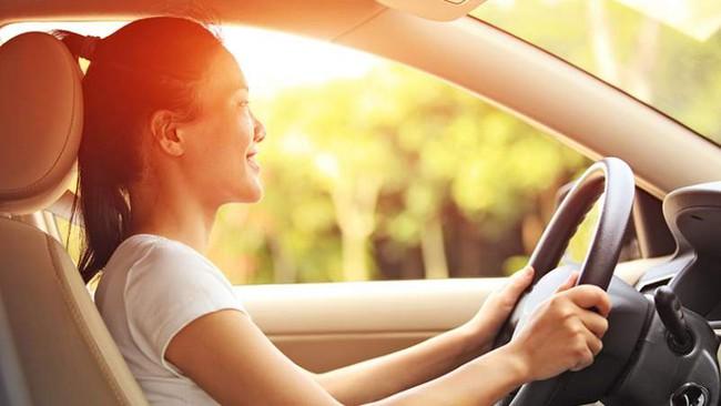 Cảnh báo: Ngồi trong xe ô tô vẫn có thể bị lão hóa và ung thư da, đây chính là việc phải làm để bảo vệ da trong mùa hè - Ảnh 2.