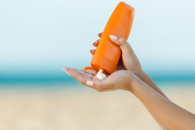 Bạn nên thoa kem chống nắng ngay cả khi ở trong nhà: Đây là lý do tại sao - Ảnh 2.