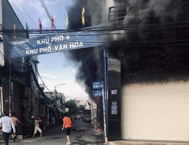 TP.HCM: Ngôi nhà bốc cháy dữ dội lúc sáng sớm khiến 7 người mắc kẹt, trong đó có 1 bé gái - Ảnh 3.