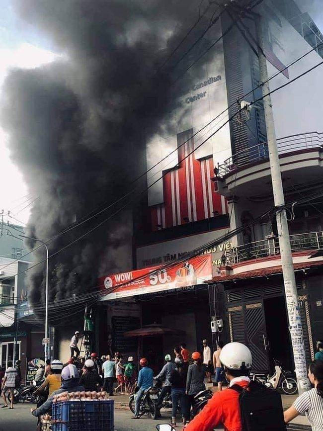 TP.HCM: Ngôi nhà bốc cháy dữ dội lúc sáng sớm khiến 7 người mắc kẹt, trong đó có 1 bé gái - Ảnh 1.