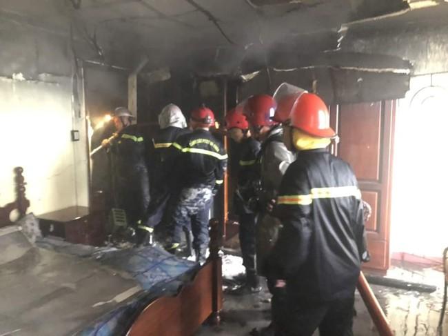 TP.HCM: Ngôi nhà bốc cháy dữ dội lúc sáng sớm khiến 7 người mắc kẹt, trong đó có 1 bé gái - Ảnh 2.