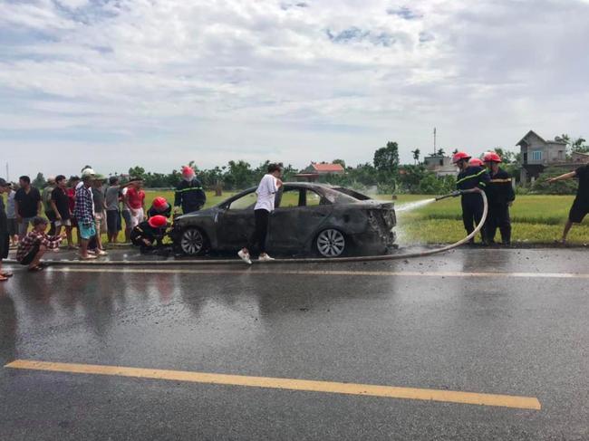 Xế hộp cháy trơ khung giữa đường khiến tài xế khóc lóc cầu cứu, nhưng nguyên nhân quen thuộc gây ra vụ cháy mới gây bức xúc - Ảnh 1.